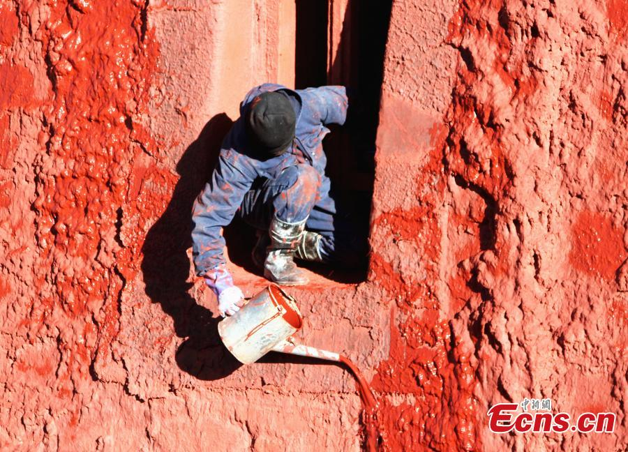 Workers paint the Red Palace, part of the Potala Palace, during annual renovation work following the end of the rainy season in Lhasa, Southwest China's Tibet Autonomous Region, Oct. 23, 2018. The painting work will take one week. (Photo: China News Service/Zhao yan)