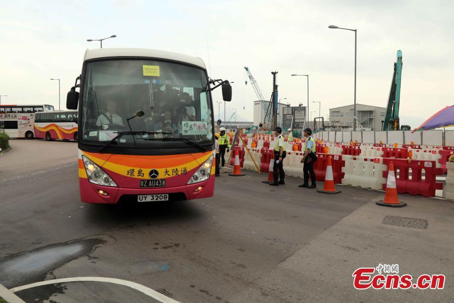A coach from Kwoon Chung Bus starts the first ride over the Hong Kong-Zhuhai-Macao Bridge in Hong Kong, Oct. 24, 2018. (Photo: China News Service/Xie Guanglei)