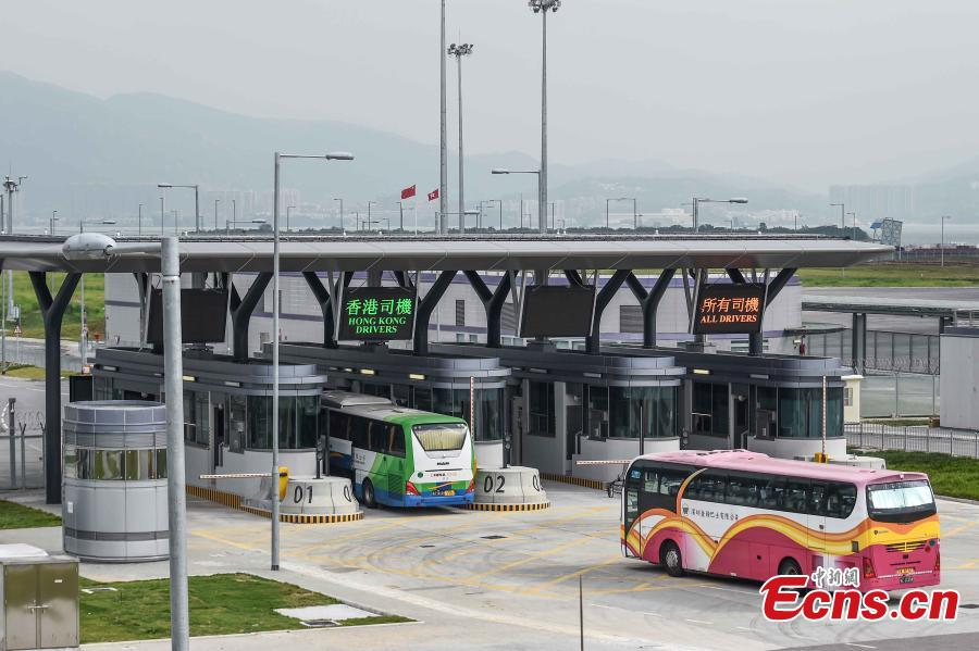 The first coach from Hong Kong drives toward the Zhuhai-Hong Kong-Macao Bridge, Oct. 24, 2018. (Photo: China News Service/Sheung Man Mak)