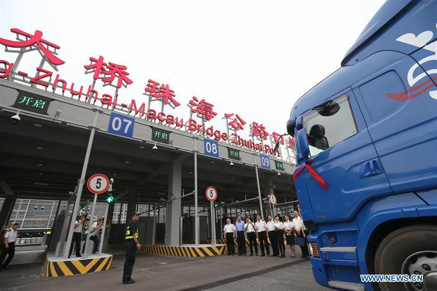 A truck arrives at the customs inspection of Zhuhai Port of the Hong Kong-Zhuhai-Macao Bridge in Zhuhai, south China\'s Guangdong Province, Oct. 24, 2018. The Hong Kong-Zhuhai-Macao bridge, the world\'s longest cross-sea bridge, opened to public traffic at 9 a.m. Wednesday. (Xinhua/Zhang Jiayang)