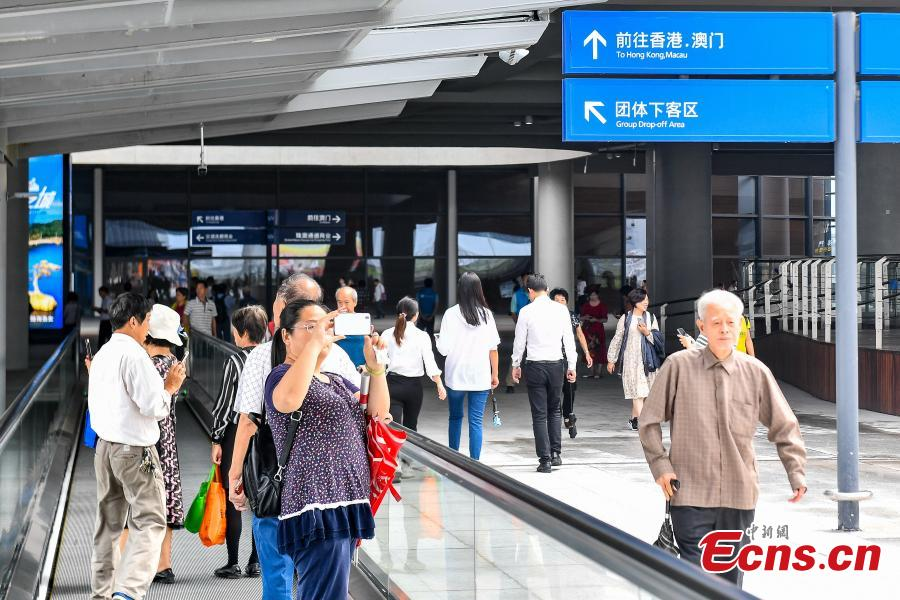 <?php echo strip_tags(addslashes(Passengers pose for a photo at the Zhuhai Port of the Hong Kong-Zhuhai-Macao Bridge, Octo. 24, 2018. (Photo: China News Service/ Chen Jimin))) ?>