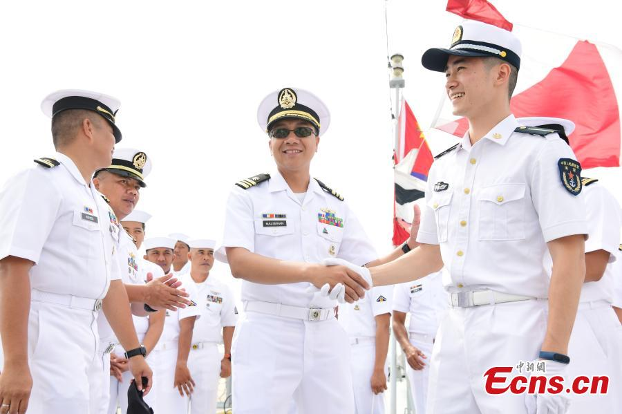 Navy soldiers from China and the Philippines meet ahead of a China-ASEAN military drill in Zhanjiang City, South China's Guangdong Province, Oct. 24, 2018. (Photo: China News Service/Chen Wen)