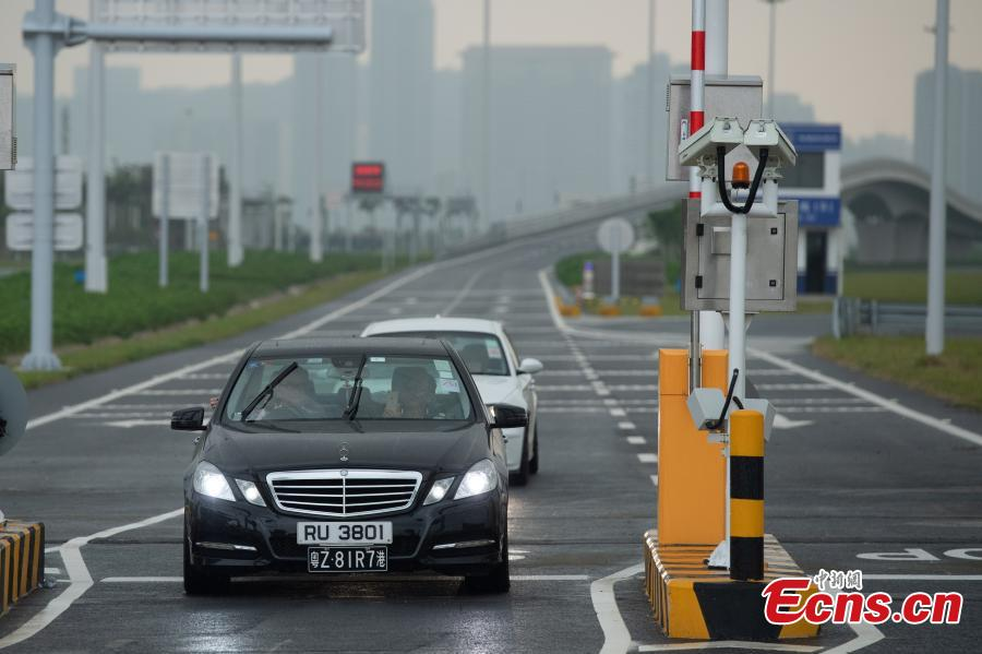 The first private car passes the Macao Port on the Zhuhai-Hong Kong-Macao Bridge, Oct. 24, 2018. (Photo: China News Service/Zhong Xin)
