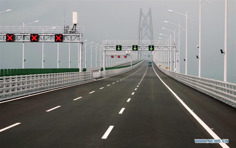 Cars run on the Hong Kong-Zhuhai-Macao Bridge, Oct. 24, 2018. The Hong Kong-Zhuhai-Macao bridge, the world\'s longest cross-sea bridge, opened to public traffic at 9 a.m. Wednesday. (Xinhua/Wang Shen)