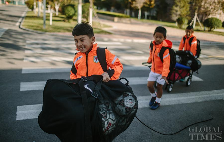 Young athletes take the training equipment to the training venue.  (Photo: Li Hao/GT)