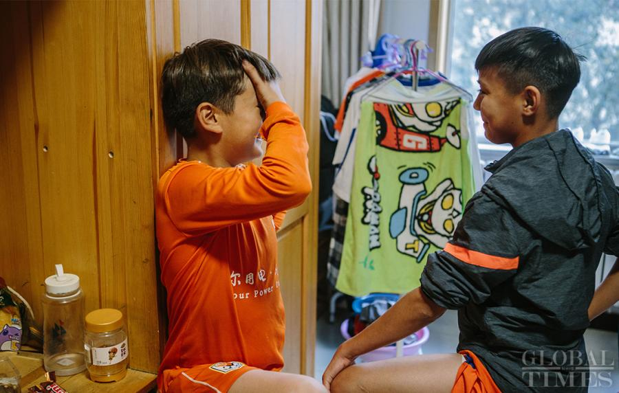 Two young players talk in the dormitory. (Photo: Li Hao/GT)