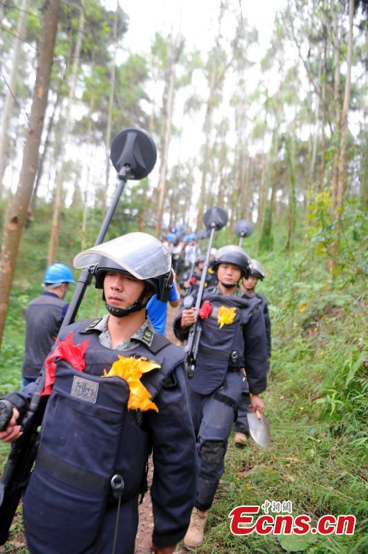 PLA soldiers prepare for a mine clearance operation in border city of Pingxiang, South China\'s Guangxi Zhuang Autonomous Region. The PLA soldiers detonated on Thursday, Oct. 25, 2018 the last mine in a minefield in Pingxiang. The operation marked the completion of a years-long landmine-sweeping mission in the Guangxi section of the Sino-Vietnam border, clearing the dangerous historical legacy that has hindered border development. (Photo: China News Service/Jiang Xuelin)