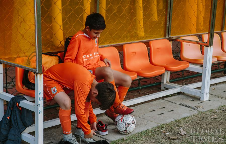 Young soccer players rest on the sidelines of the pitch at the Shandong Luneng Taishan Football School in Weifang, East China\'s Shandong Province, on October 24, 2018. (Photo: Li Hao/GT)