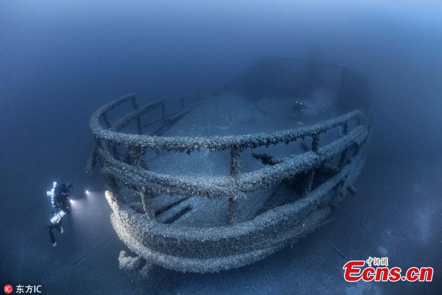Photographer Becky Kagan Schott, 36, discovered a sunken paddle boat at the bottom of Lake Huron in Michigan, 154 years after it disappeared. The vessel\'s preserved features include a decorative steering pole and brass as well as its anchors. The pre-civil war side wheel steamboat was built in 1846 and even 154 years after her sinking, the Great Lakes have preserved this 172-year-old ship. (Photo/IC)