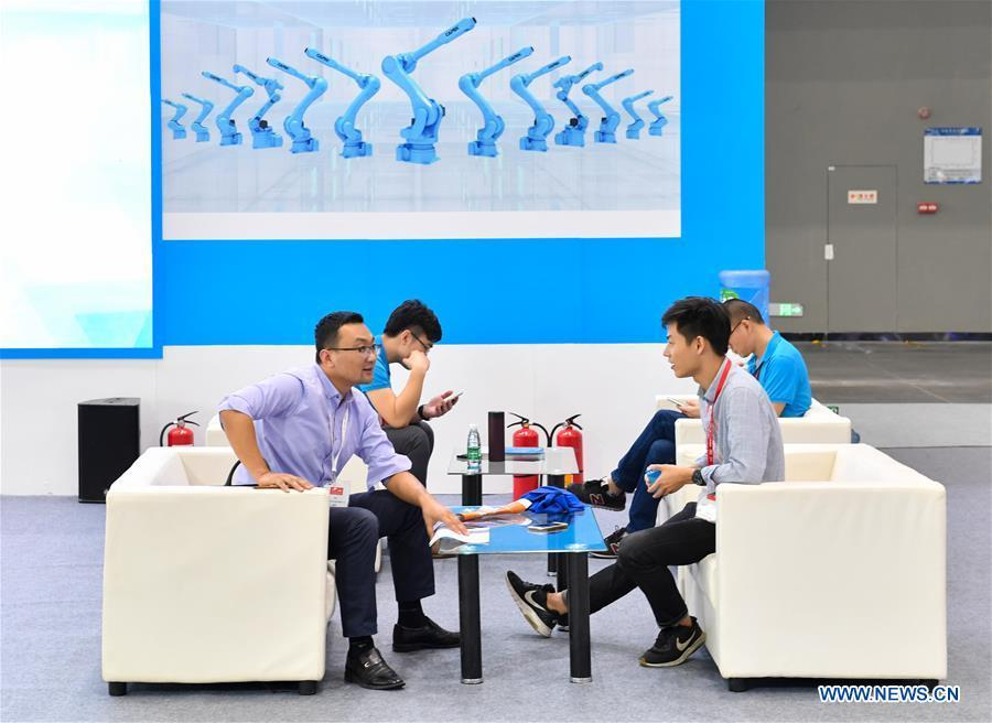 An exhibitor talks business with a merchant at the Internet Plus Expo in Shunde District of Foshan, south China\'s Guangdong Province, Oct. 25, 2018. Themed with \