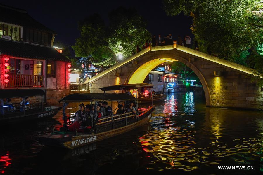 Tourits take a sightseeing boat to visit Xitang ancient town in Jiashan County, east China\'s Zhejiang Province, Oct. 26, 2018. (Xinhua/Huang Zongzhi)