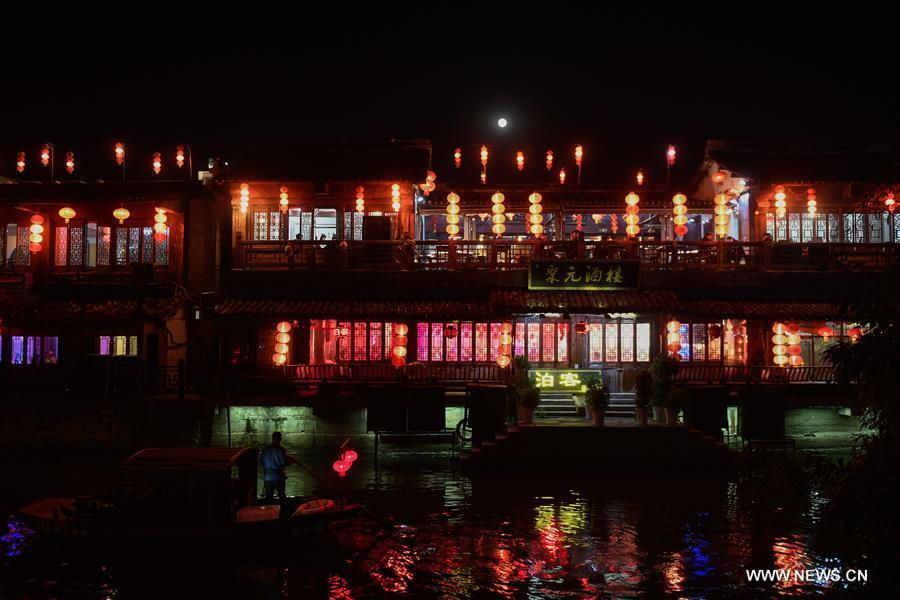 Photo taken on Oct. 26, 2018 shows the night view of Xitang ancient town in Jiashan County, east China\'s Zhejiang Province. (Xinhua/Huang Zongzhi)