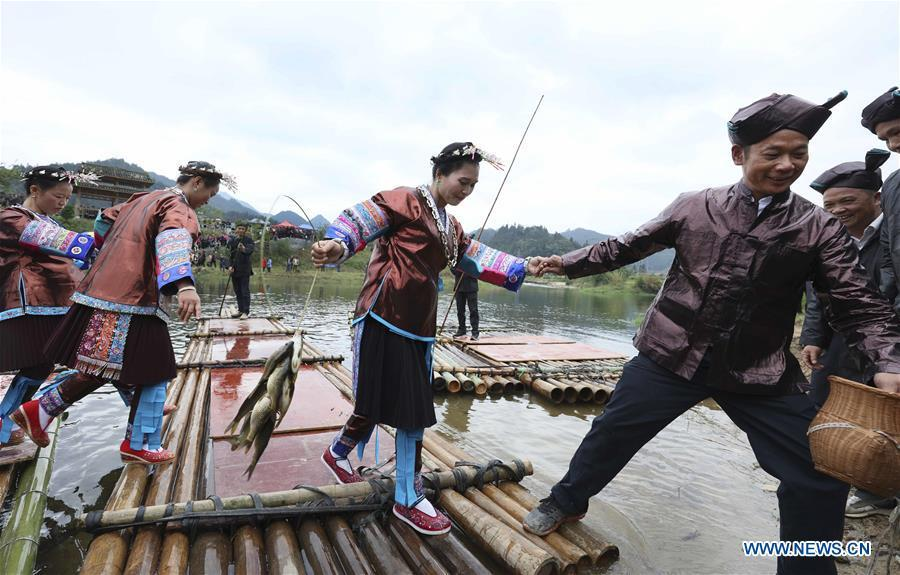 People of Dong ethnic group attend a harvest festival in Dongtou Village, Rongshui Miao Autonomous County, south China\'s Guangxi Zhuang Autonomous Region, Oct. 26, 2018. Local people celebrated harvest Friday through various activities like fish feast, singing and playing lusheng. (Xinhua/Lan Hongguang)