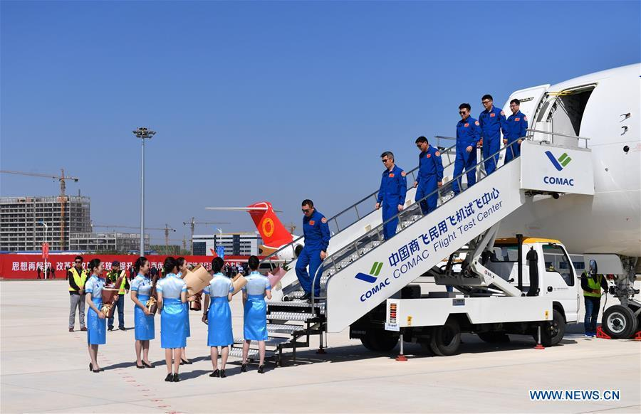 Crew members disembark from the No.102 C919 plane upon arrival at Nanchang Yaohu Airport, east China\'s Jiangxi Province, Oct. 27, 2018. The No.102 C919 plane landed at Nanchang Yaohu Airport after a flight from Dongying Shengli Airport of east China\'s Shandong Province. The plane will undergo rigorous tests at this airport. (Xinhua/Hu Chenhuan)