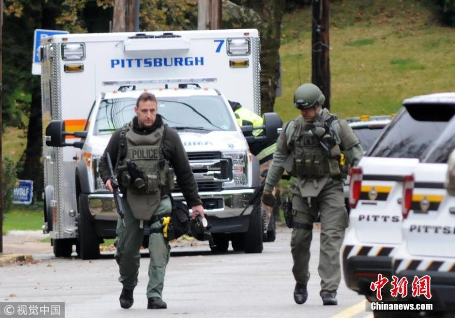 Two SWAT police officers respond after a gunman opened fire at the Tree of Life synagogue in Pittsburgh, Pennsylvania, U.S., October 27, 2018.  (Photo/VCG)