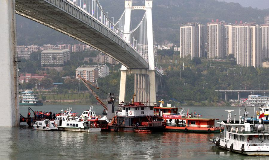 Search and rescue efforts continue after a deadly collision between a bus and a private car on Sunday. The bus careened off a bridge in Chongqing into the Yangtze River. (Photo by ZOU YI/FOR CHINA DAILY)
