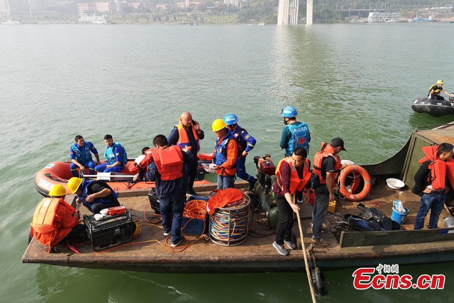 A floating crane, capable of hoisting 60 tons, arrives at the site of a bus accident in Wanzhou District, Southwest China\'s Chongqing Municipality, Oct. 28, 2018. Two bodies have been retrieved from the river after a bus with a dozen passengers on board veered onto the wrong side of the road, colliding with a private car before plunging into the Yangtze River. Sichuan Road and Bridge has dispatched a large floating crane and experienced rescuers to assist in the search for survivors. (Photo provided to China News Service)