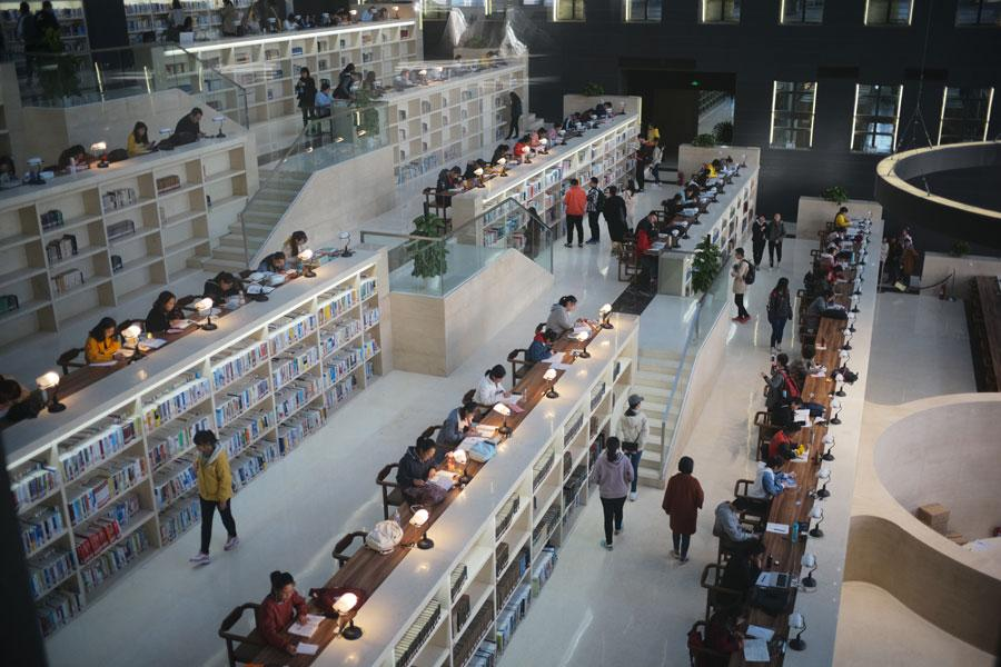The library of Taiyuan Normal University has been attracting much attention from the students since its being put into use recently in Taiyuan, capital city of North China\'s Shanxi Province. (Photo by Song Jidong for chinadaily.com.cn)