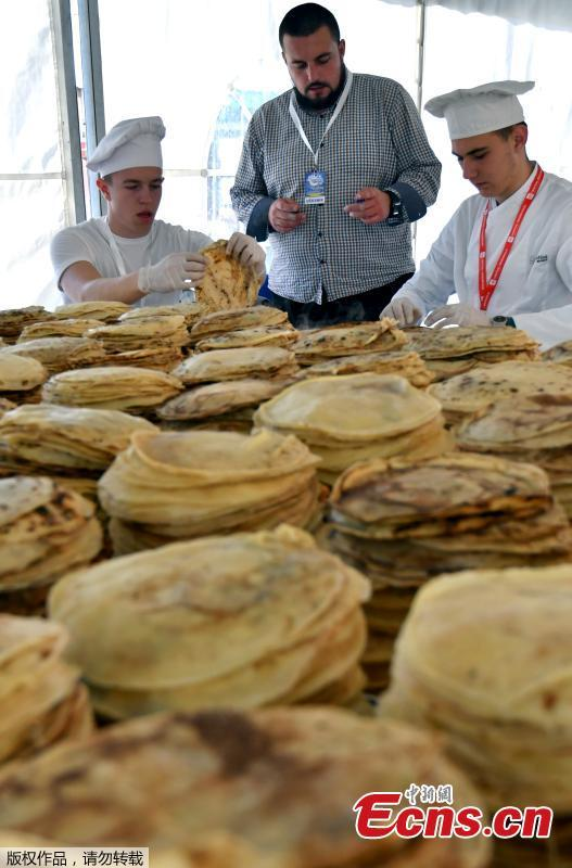 Bosnian chefs count pancakes while they plan to break Guinness record by making and serving 13,000 pancakes in 8 hours in Sarajevo, Bosnia and Herzegovina, Oct. 26, 2018. A team of Balkan chefs rustled up a world record number of a pancakes on Friday, making 14,186 in eight hours at Sarajevo's tourist fair. The existing official record of 12,716 pancakes was set in Moscow in 2017. (Photo/Agencies)