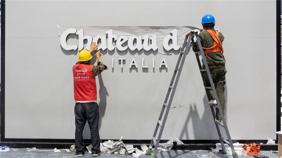 Workers prepare the exhibition space for Chateau d\'Ax, a leading manufacturer of upholstery furniture.  (Photo/chinadaily.com.cn)