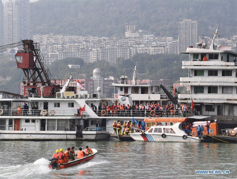 Photo taken on Oct. 29, 2018 shows rescuers working at the accident site in Wanzhou District, southwest China\'s Chongqing. Fifteen people were confirmed to have been on a bus that plunged into the Yangtze River in Chongqing on Sunday, local authorities said Monday. Two bodies have been retrieved from the river so far, but their identities are not yet known. The bus veered onto the wrong side of the road and collided into an oncoming private car before breaking through road fencing and flying off a bridge in Wanzhou District at 10:08 a.m. Sunday. Rescue work is still ongoing. With the help of a sonar system, professional rescue ships located an 11-meter-long and three-meter-wide object on the river bottom and it was believed that it is the sunken bus.(Xinhua/Wang Quanchao)