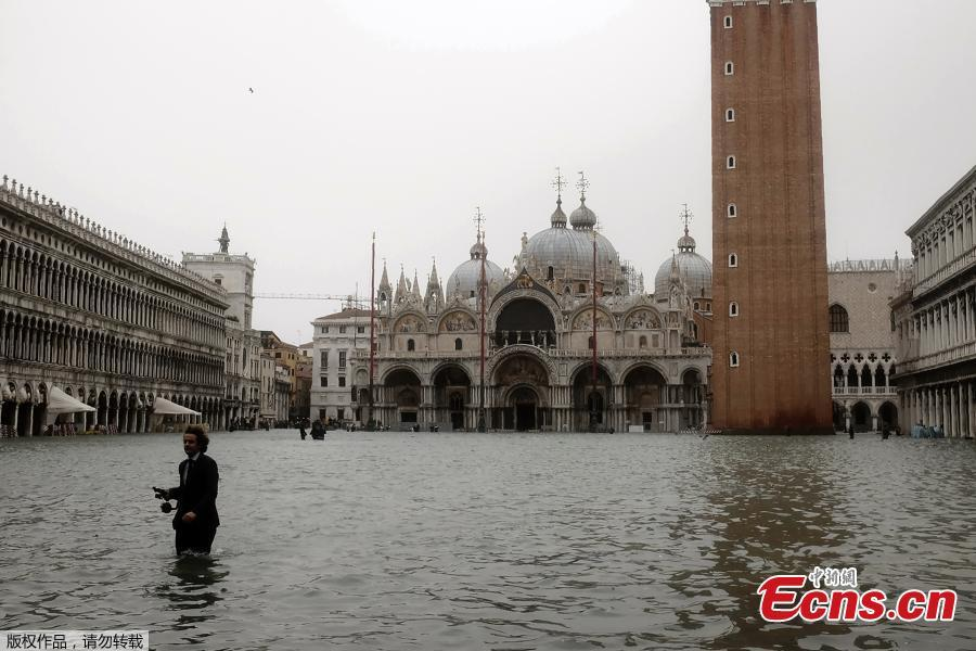 A man walks in the flooded St. Mark\'s Square during a high-water alert in Venice on October 29, 2018. The flooding, caused by a convergence of high tides and a strong Sirocco wind, reached around 150 centimetres on October 29.(Photo/Agencies)
