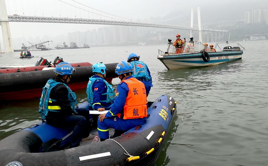 Rescuers search on Monday for passengers who were aboard a bus that plunged into the Yangtze River in Chongqing. (Photo by Zhao Hui/For China Daily) 
