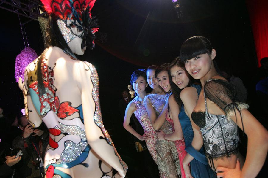 Models at an underwear fashion show in Beijing on April 1, 2006. (Photo by MAO JIANJUN/FOR CHINA DAILY)