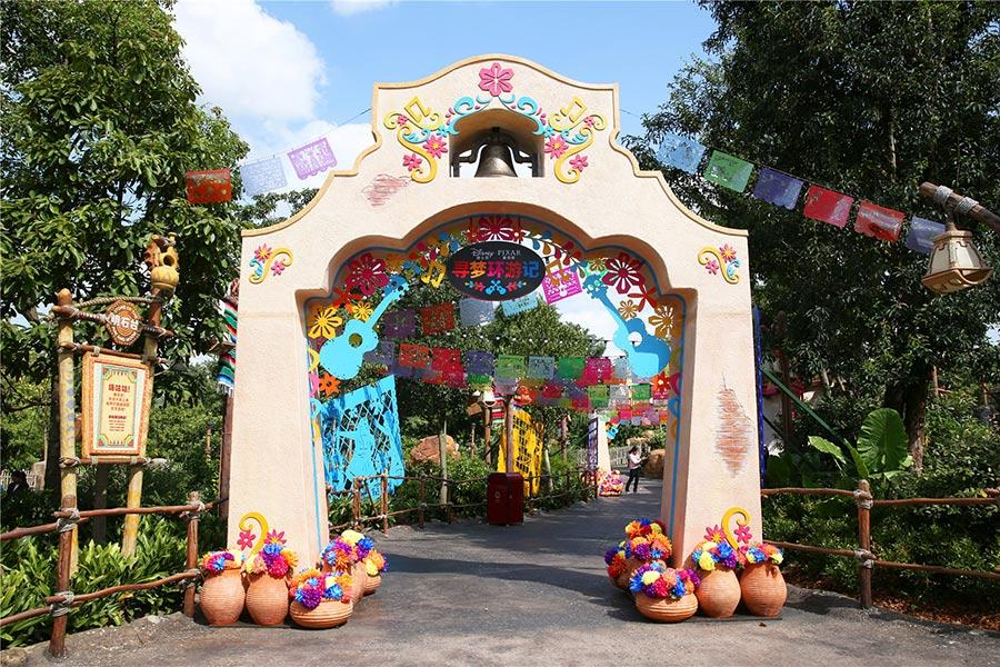 Guests are invited to step onto the set of Disney?Pixar\'s Cocoand explore the small Mexican village of Santa Cecilia. (Photo provided to chinadaily.com.cn)