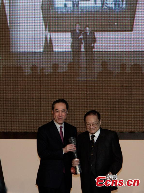 Louis Cha receives the top honor at the Hong Kong Arts Development Awards, the life achievement award, at City Hall\'s concert hall from the chief secretary, Henry Tang Ying-yen (L), April 27, 2010. (Photo: China News Service/Zhang Qin)
