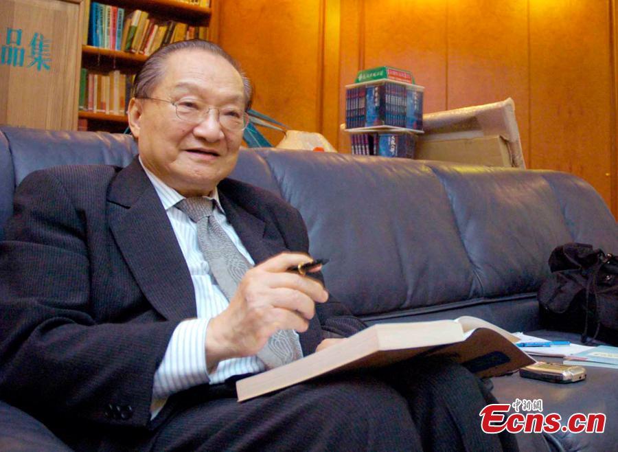 Louis Cha delivers a speech at Peking University in Beijing, Jun. 18, 2007. (Photo/IC)