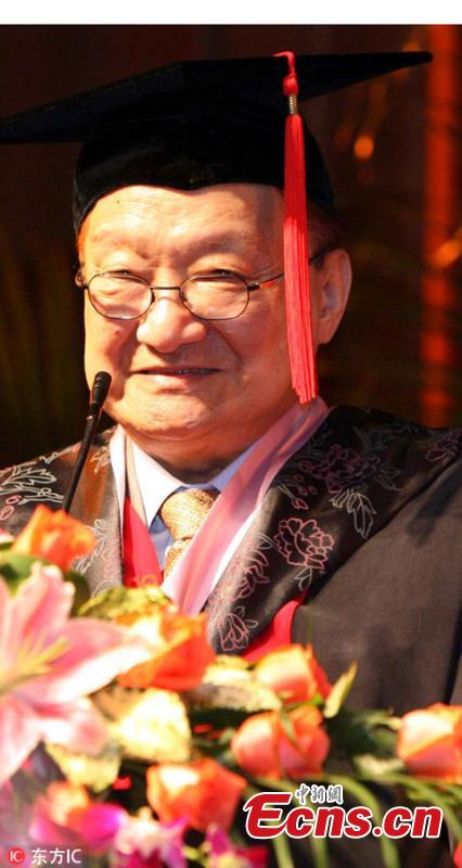 Louis Cha receives an honorary doctorate at Soochow University in Suzhou City, Jiangsu Province, Sept. 23, 2007.  (Photo/IC)