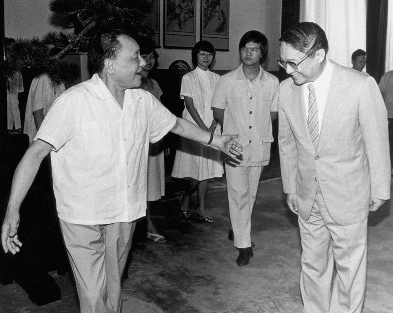 Late Chinese leader Deng Xiaoping (left) meets Louis Cha and members of his family during their visit to Beijing in 1983. (Photo/China News Service)