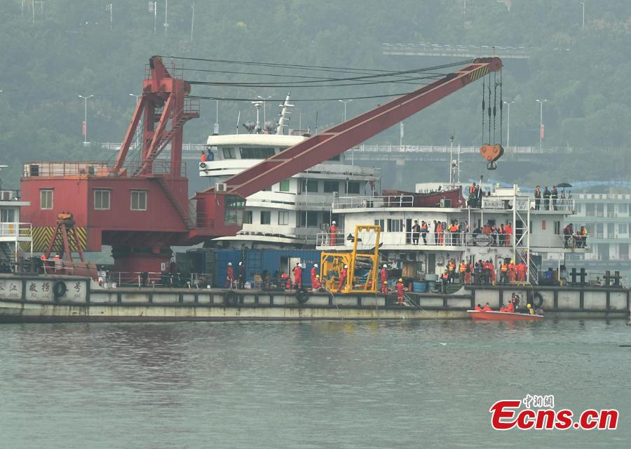 A floating crane is on standby to lift a bus that plunged into the Yangtze River in Wanzhou District, Southwest China\'s Chongqing Municipality, Oct. 31, 2018. An initial police investigation found that 15 people, including the bus driver, were on the bus at the time of the accident. (Photo: China News Service/Chen Chao)