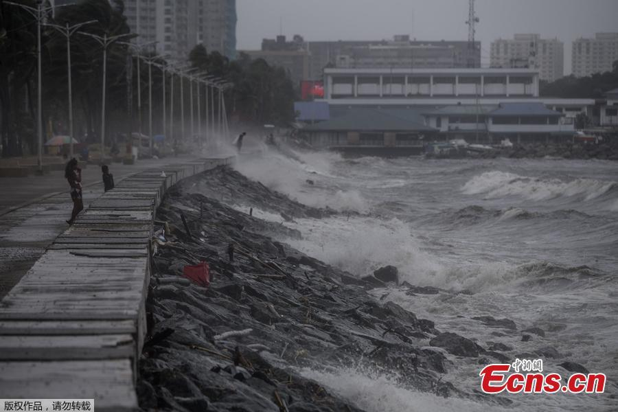 Strong waves pound the waterfront as weather patterns from Typhoon Yutu affect Manila Bay on Oct. 30, 2018. Typhoon Yutu slammed into the Philippines on Tuesday with fierce winds that sheared off roofs and snapped trees in half, after thousands were evacuated ahead of the powerful storm\'s arrival. (Photo/Agencies)
