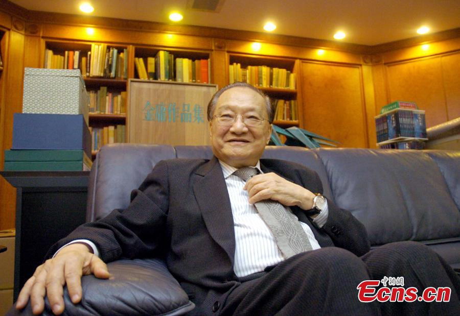 Louis Cha talks to China News Service in an interview to mark 50 years of writing martial arts novels in Hong Kong, May 27, 2005. (Photo: China News Service/Hong Shaokui)
