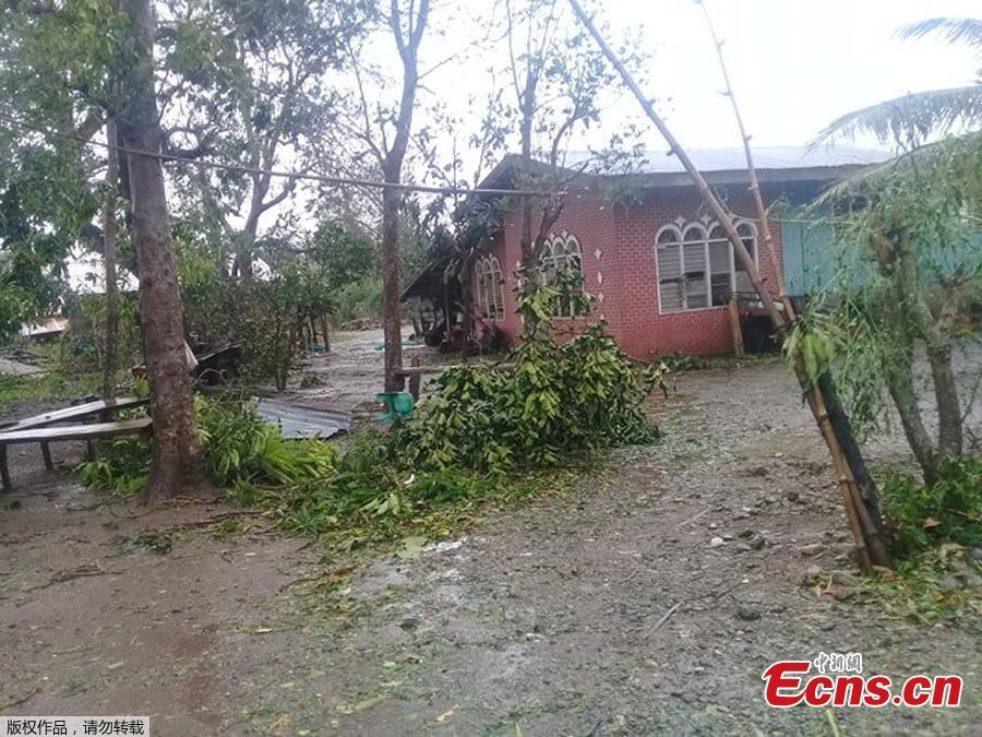 Typhoon Yutu slammed into the Philippines on Tuesday with fierce winds that sheared off roofs and snapped trees in half, after thousands were evacuated ahead of the powerful storm\'s arrival. (Photo/Agencies)
