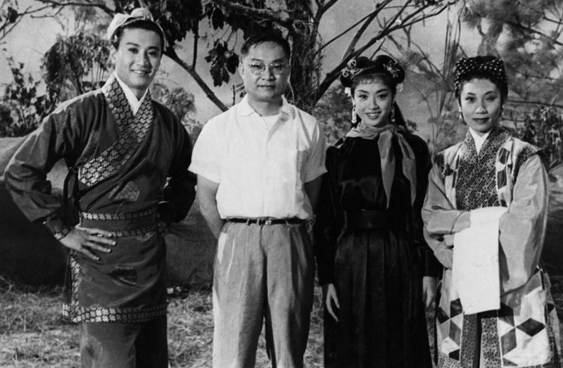 Louis Cha, better known as writer Jin Yong poses with cast members of The Romance of the Condor Heroes. From left: Patrick Tse Yin Louis Cha, Nam Hung. Leung So-kam. (Photo provided to China Daily)