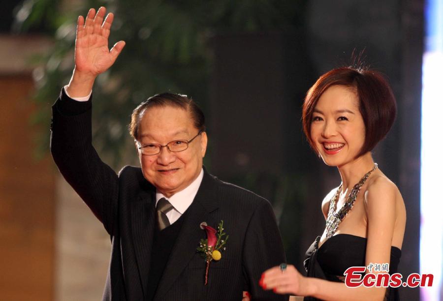 Louis Cha receives a Lifetime Achievement Award organized by Phoenix TV of Hong Kong at Peking University in Beijing, March 28, 2009. (Photo: China News Service/Zhang Yu)