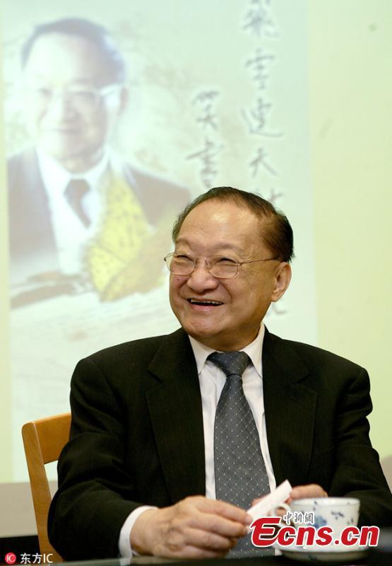 Louis Cha visits Yuan-Liou Publishing Company, Sept. 20, 2005. (Photo/IC)