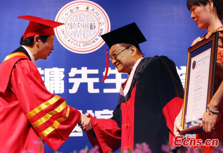 Louis Cha receives an honorary doctorate at Soochow University in Suzhou City, Jiangsu Province, Sept. 23, 2007.  (Photo: China News Service/Li Junfeng)