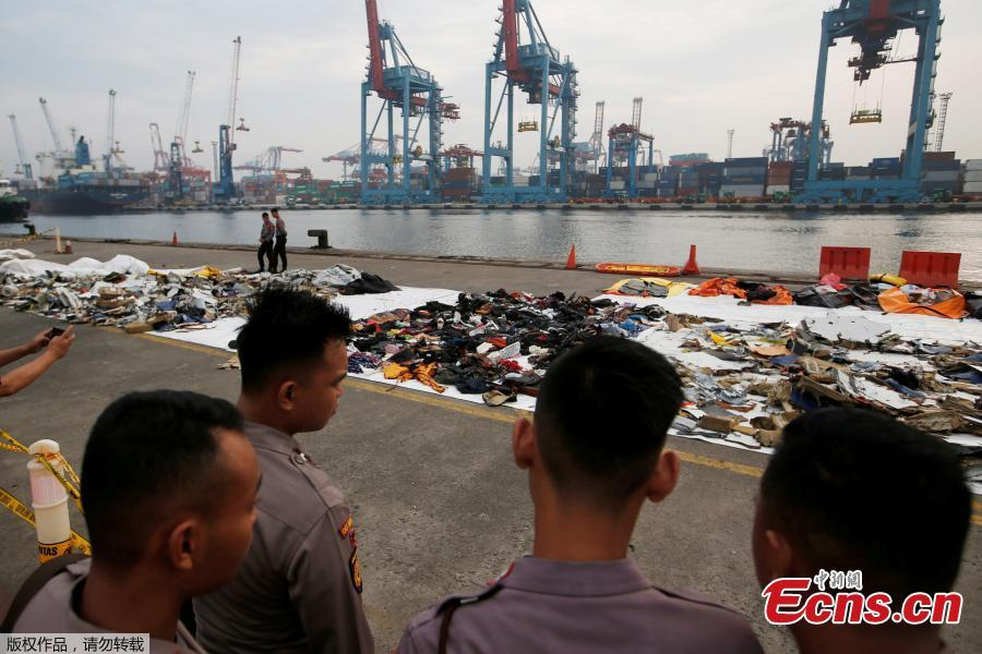 Indonesian policemen stand as they take a look to recovered debris and belongings of Lion Air flight JT610, that crashed into the sea, at Tanjung Priok port in Jakarta, Indonesia, October 31, 2018. (Photo/Agencies)