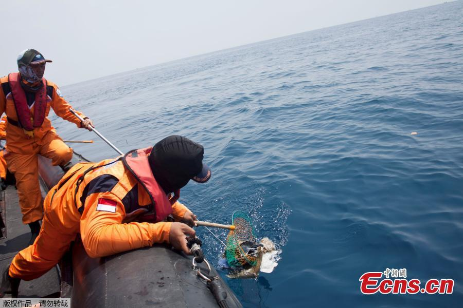 A rescue team member finds debris, possibly from a passenger of Lion Air flight JT610, at the north coast off Karawang, Indonesia, October 31, 2018. (Photo/Agencies)