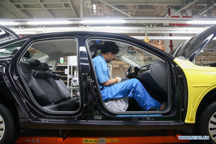 A worker is seen on an assembly line at SAIC-Volkswagen workshop in Shanghai, east China, Oct. 30, 2018. SAIC\'s new cars will make debut at the first China International Import Expo (CIIE) which runs from Nov. 5 to 10 in Shanghai. The CIIE is the latest move of China to promote trade liberalization and further open up its market. (Xinhua/Ding Ting)