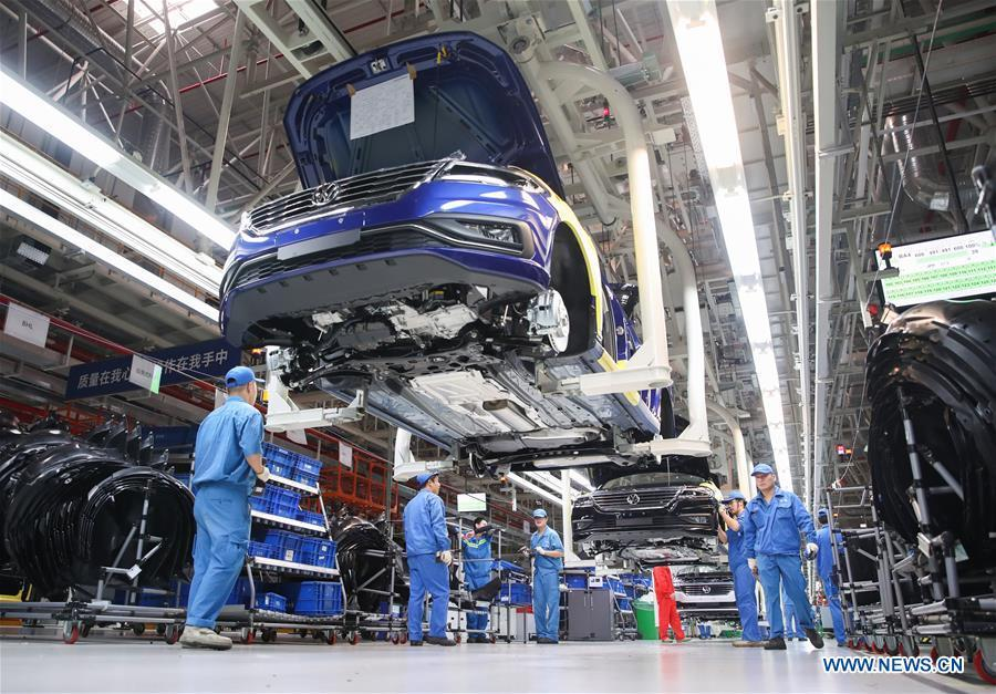 Workers are seen on an assembly line at SAIC-Volkswagen workshop in Shanghai, east China, Oct. 30, 2018. SAIC\'s new cars will make debut at the first China International Import Expo (CIIE) which runs from Nov. 5 to 10 in Shanghai. The CIIE is the latest move of China to promote trade liberalization and further open up its market. (Xinhua/Ding Ting)