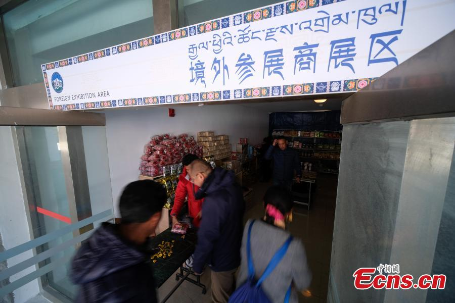 Businessmen and customers are seen at a commodity fair held in Gyirong county in southwest China\'s Tibet Autonomous Region near the border with Nepal on October 31, 2018. A commercial complex opened in Gyirong county on Wednesday. The Gyirong international bordertrade market was constructed with a total investment of 42.5 million yuan (about 6 million U.S. dollars). Businessmen from Nepal, Pakistan and other nearby countries opened their booths at the market on the first business day, attracting many tourists.(Photo: China News Service/He Penglei)