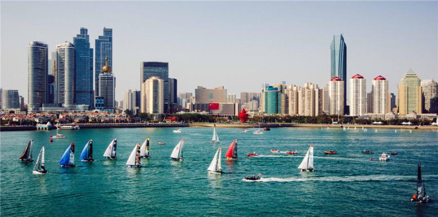 Sailboats stream across the harbor of Qingdao, East China\'s Shandong Province. (Photo by Li Jiaxin/for chinadaily.com.cn)