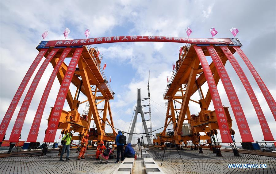 Photo taken on Nov. 3, 2018 shows Puqian Bridge under construction in south China\'s Hainan Province. The closure of the main bridge of Puqian Bridge spanning a geological fault line was finished on Saturday. (Xinhua/Guo Cheng)