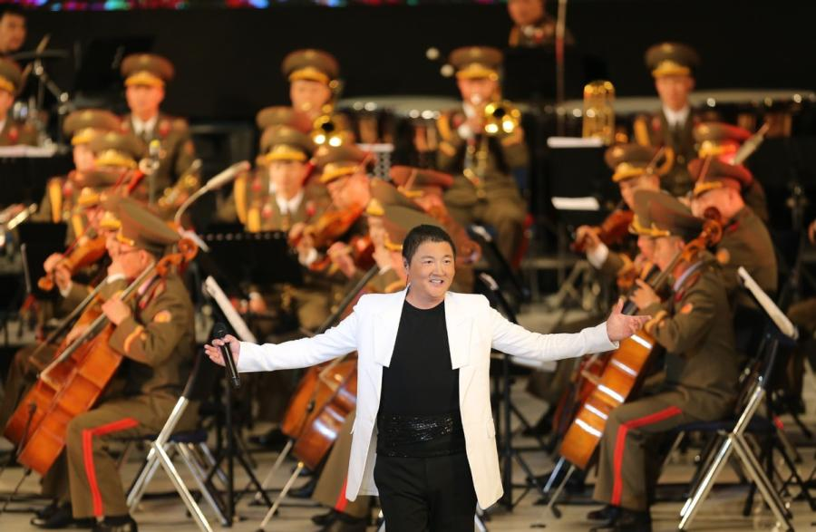 Chinese singer Sun Nan performs during a joint performance presented by literary and art workers from China and Democratic People\'s Republic of Korea (DPRK), in Pyongyang, DPRK, on Nov. 3, 2018. (Photo/Xinhua)