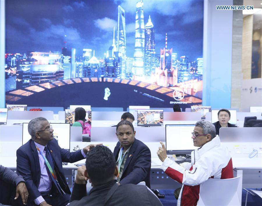 Journalists chat at the media center of the first China International Import Expo (CIIE) in Shanghai, east China, Nov. 5, 2018. The first CIIE opened here on Monday and has drawn much attention from domestic and international media.(Xinhua/Lan Hongguang)